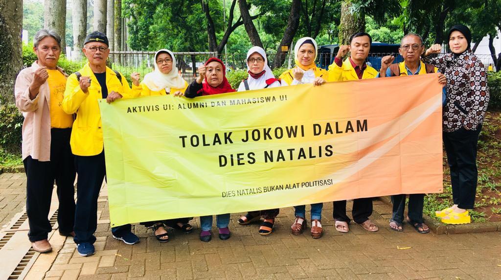 Foto: Aktivis UI sedang Berdemo di depan Balairung menolak kehadiran Jokowi.